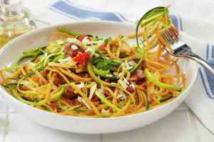 Grønnsakspagetti av squash og søtpotet oppskrift.