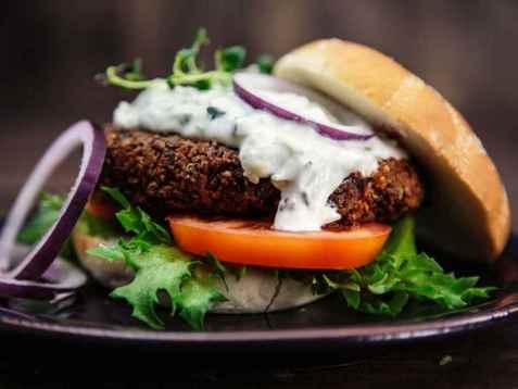 Dagens oppskrift er Vegetarburger av quinoa og svarte bønner.