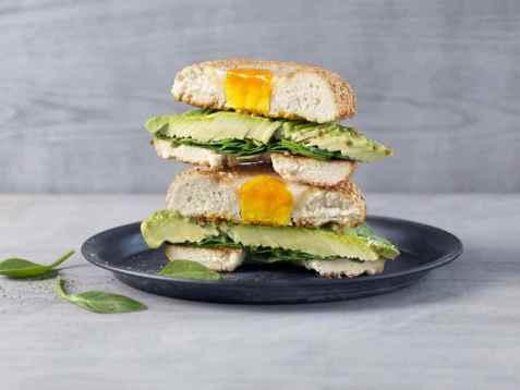 Bagel med avocado og egg oppskrift.