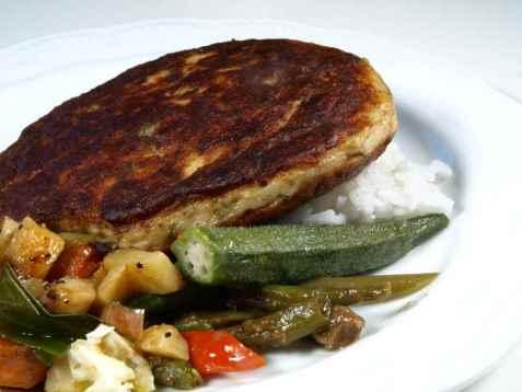 Fiskeburger på okra og grønnsaksseng oppskrift.