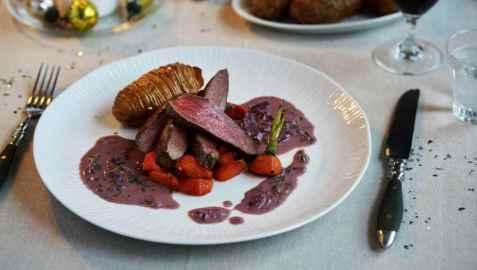 Reinsdyrfilet med hasselbackpoteter, karamelliserte gulrøtter og rød smørsaus oppskrift.