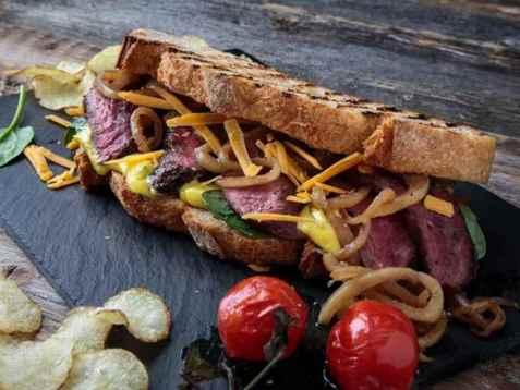 Flat iron biffsandwich med stekt løk og sennepsmajones oppskrift.
