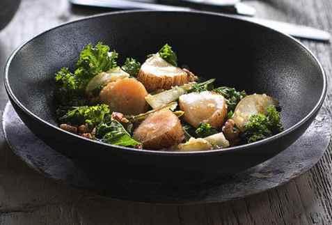 Kamskjell med grønnkål- og pæresalat oppskrift.