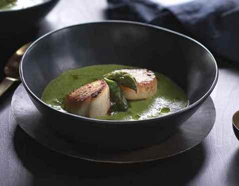Kamskjell med grønn ertersuppe og asparges oppskrift.