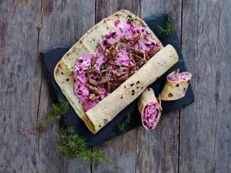 Lefserull med pinnekjøtt og rødbetsalat oppskrift.