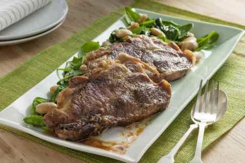 Nakkekoteletter med spinat og hvite bønner oppskrift.