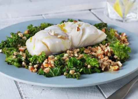 Lettsaltet torsk med grønnkål og byggris oppskrift.