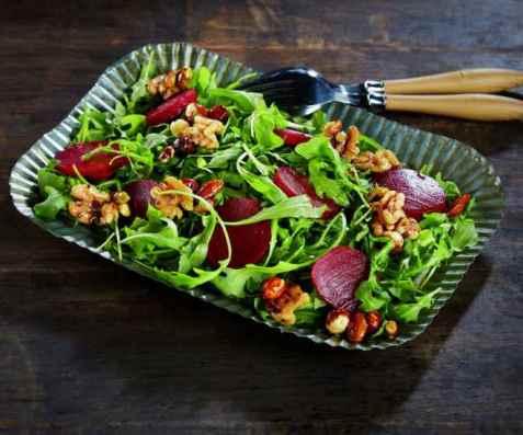 Salat med rødbeter og nøtter i honning oppskrift.