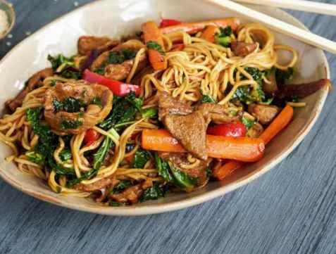 Rask wok med lam og nudler oppskrift.