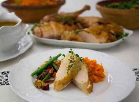 Helstekt kalkun med sidersaus, søtpotetmos og bønnesalat oppskrift.