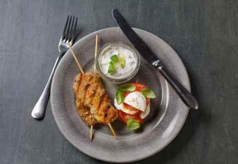 Kyllingkebab med tomatsalat og kesamtzatziki oppskrift.