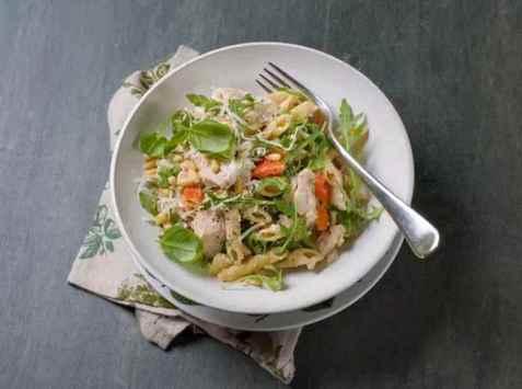 Fullkornpasta med kylling og pinjekjerner oppskrift.