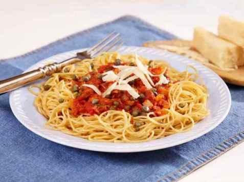 Fullkornpasta med tomat og tunfisksaus oppskrift.