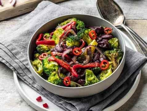 Vegetarwok med brokkoli, bønner og grillet paprika oppskrift.