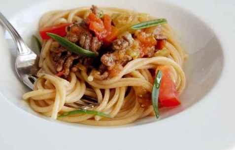 Enkel spagettisaus med gulrot og selleri oppskrift.