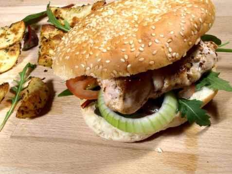 Kyllingburger med potetbåter oppskrift.