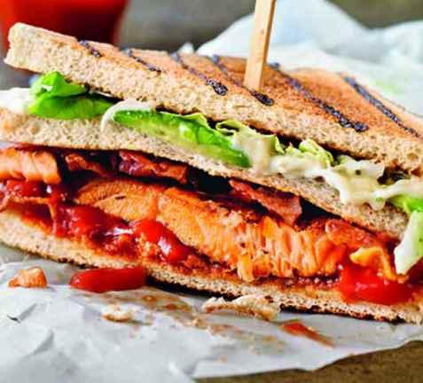 Laksesandwich med bacon oppskrift.