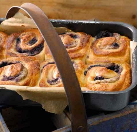 Vanilje- og markronfylte snurrer med blåbær oppskrift.