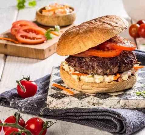 Hamburger med tomat og coleslaw oppskrift.