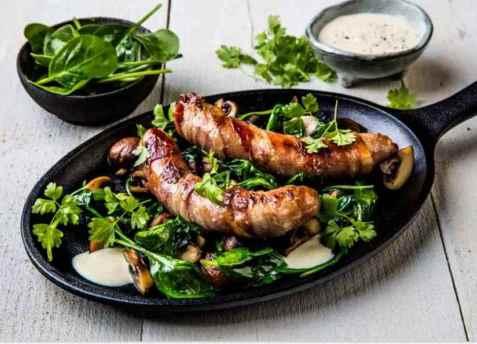Baconsurret pølse med stekt sopp, spinat og aioli oppskrift.