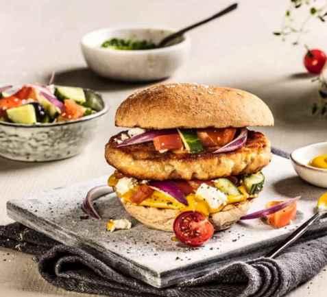 Baconburger med gresk salat oppskrift.