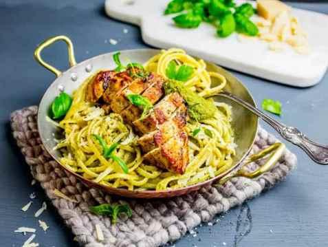 Pasta med saftig kylling og hjemmelagd pesto oppskrift.