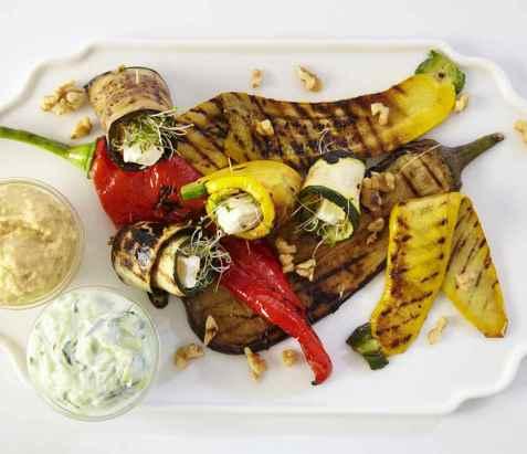 Grillede grønnsaker med hummus og tzatziki oppskrift.