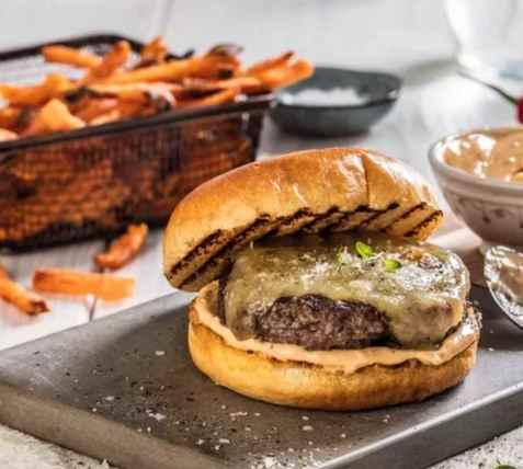 Rask cheeseburger med chipotlemajones oppskrift.