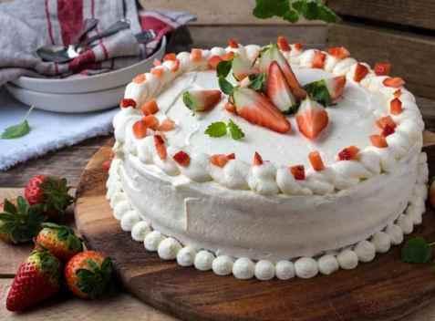 Bløtkake med jordbær og vaniljekrem oppskrift.