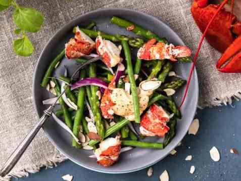 Hummersalat med asparges og chilimajones oppskrift.
