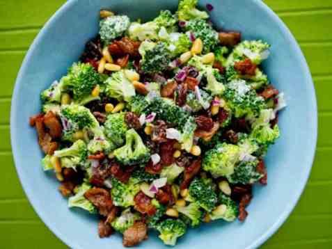 Brokkolisalat med bacon oppskrift.