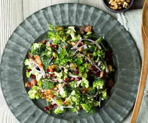 Dagens oppskrift er Brokkolisalat med bacon, rødløk og granateple.