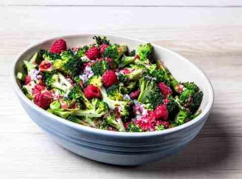 Brokkolisalat med bringebærvinaigrette oppskrift.