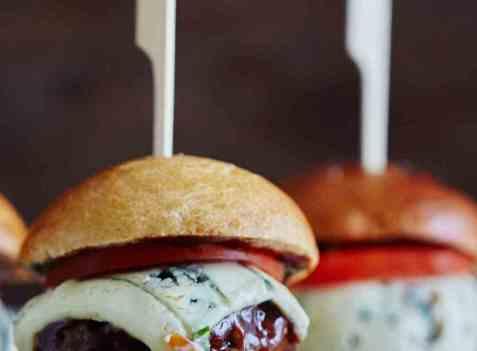 Grillet hamburger med blåmuggost og barbequesaus oppskrift.