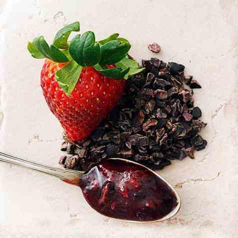 Jordbær- og kakaonibssyltetøy oppskrift.