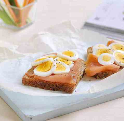 Grovt brød med egg og ørret oppskrift.
