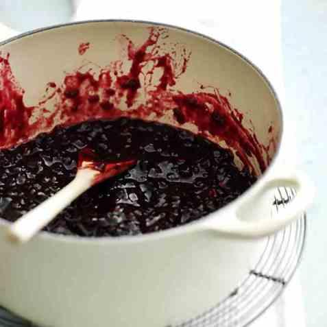 Krydret tyttebærsyltetøy med rødvin oppskrift.