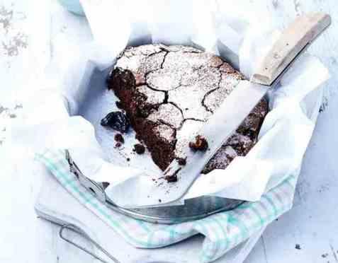 Fyldig sjokoladekake med svisker oppskrift.