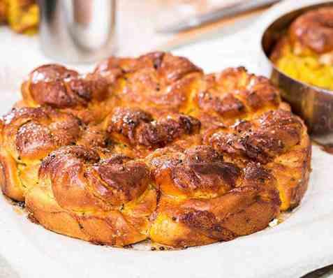 Safranbolle i form med mandelmasse og kardemomme oppskrift.