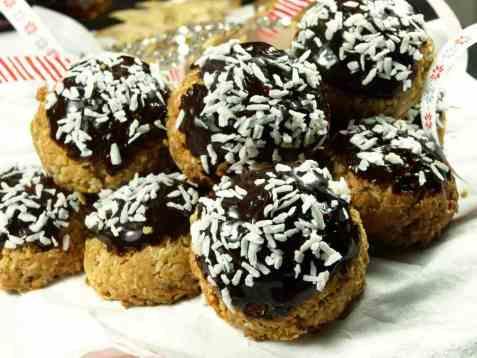 Havremakroner med kokos og sjokolade oppskrift.