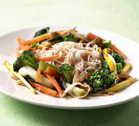 Stekte grønnsaker med nudler oppskrift.