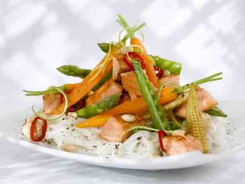 Laksewok med spreke grønnsaker oppskrift.