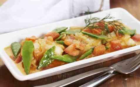 Fiskekarri med sukkererter og tomater oppskrift.
