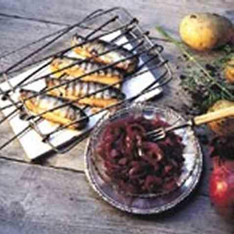 Grillet sild med syltet rødløk oppskrift.