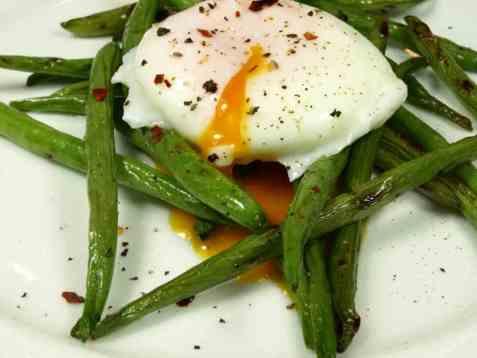Dagens oppskrift er Posjert egg på grønne bønner.