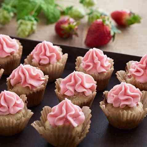 Jordbærmuffins med jordbærglasur oppskrift.