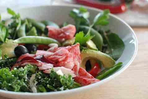 Grønn salat med LobNobs og avokado oppskrift.