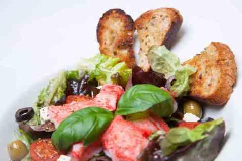 Grønn salat med LobNobs, feta og oliven oppskrift.