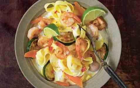 Kremet tagliatelle med scampi og grønnsaker oppskrift.