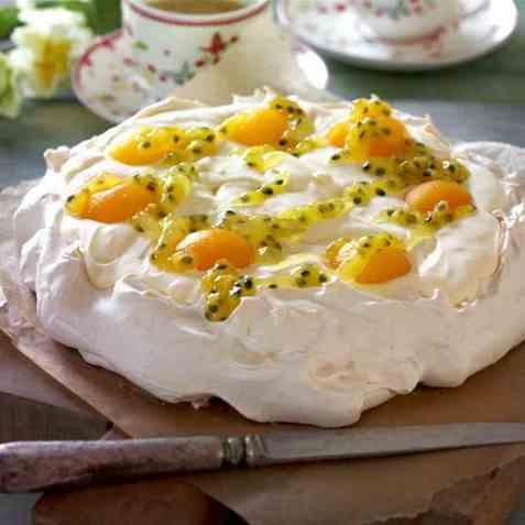 Påskepavlova fylt med sitronkrem og pasjonsfruktsaus oppskrift.